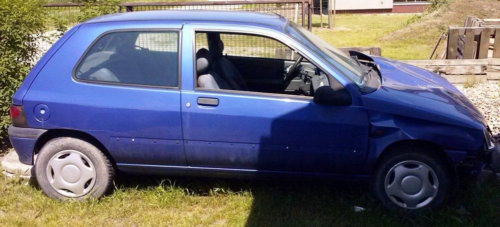 Sprzedam Renault Clio - Uszkodzony  1200cm3  1997 r. Hatchback Benzyna. Niebieski Dolnośląskie/Długołęka